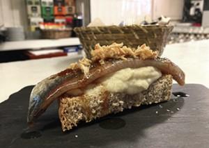 Tosta de sardina ahumada laCava.bar